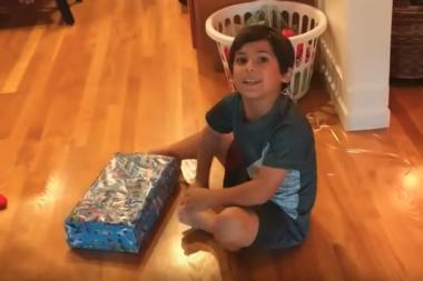 צפו בהתרגשות של ילד כשהוא מקבל Nintendo Switch